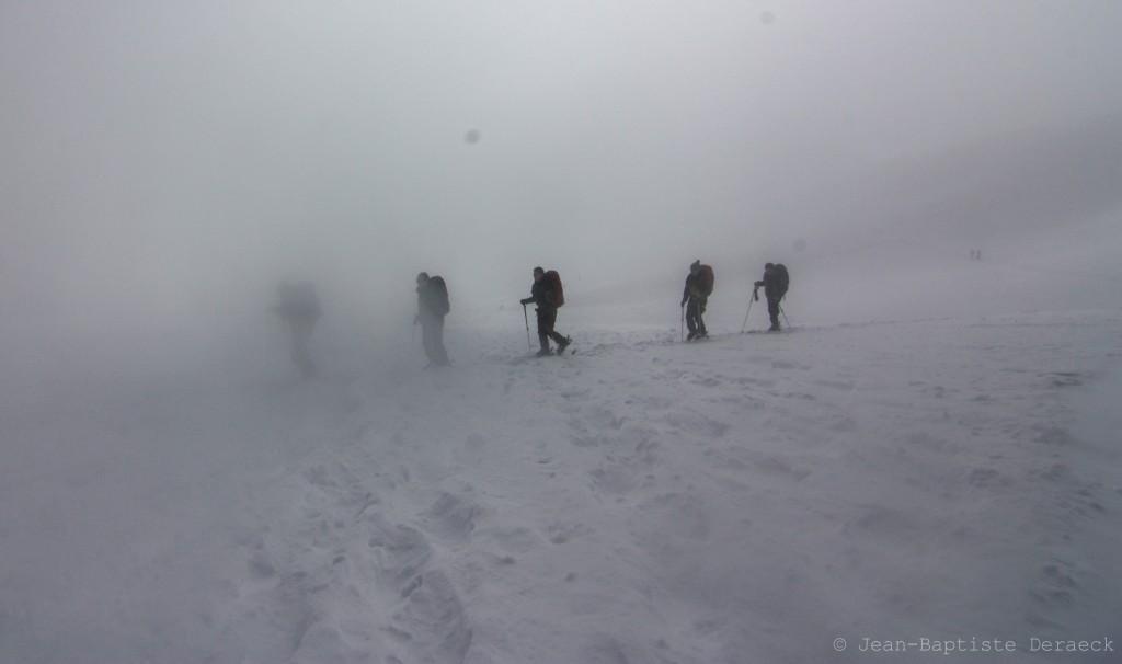 Un peu de brouillard dans la montée sur le glacier. Mais si, il y a des crevasses!