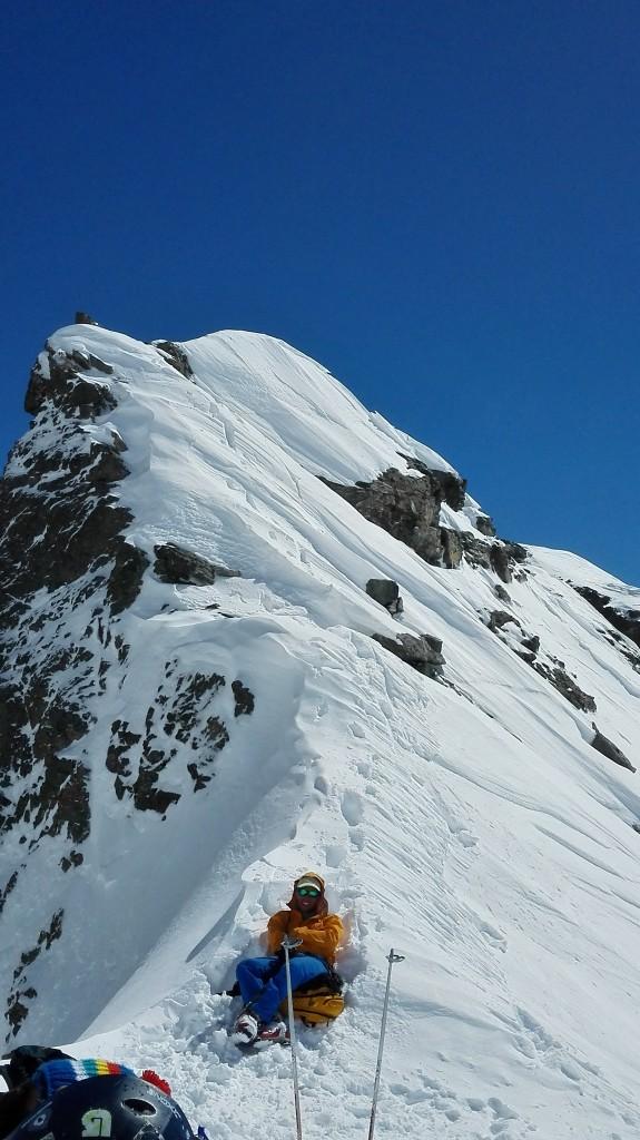 Passage du Colerin, 1h30 d'attente afin que la neige soit idéale... pas un problème pour le groupe qui trouve de très bonnes activités pour s'occuper.