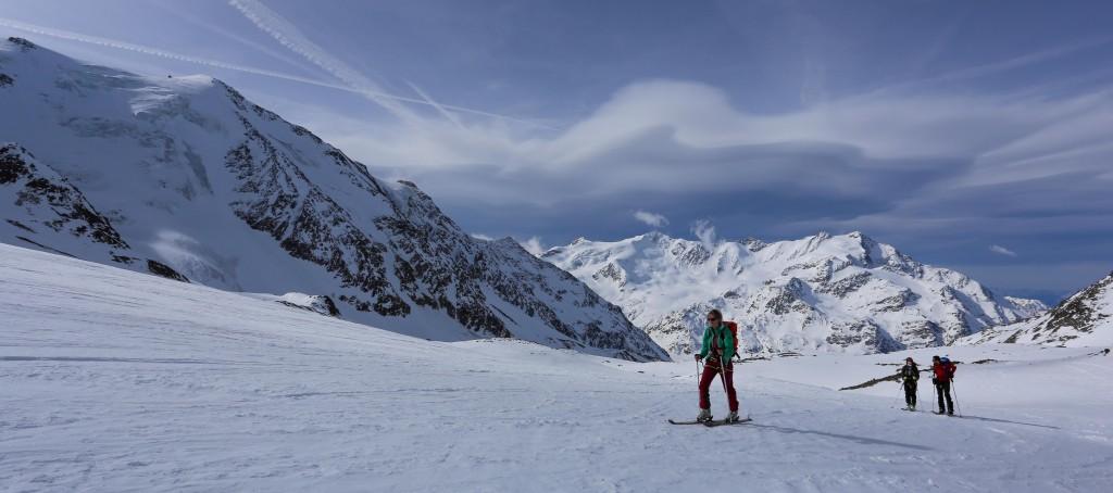 Remontée tranquille et longue du glacier dominant le refuge de Branca.